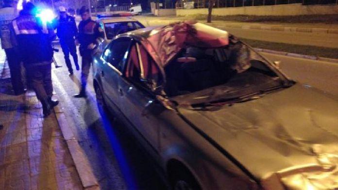 Otomobil TIR'a çarptı, yaralı sürücü hastaneye giderken bayıldı