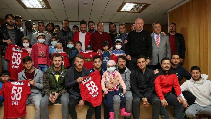 Sivassporlu futbolcular lösemili çocuklarla buluştu