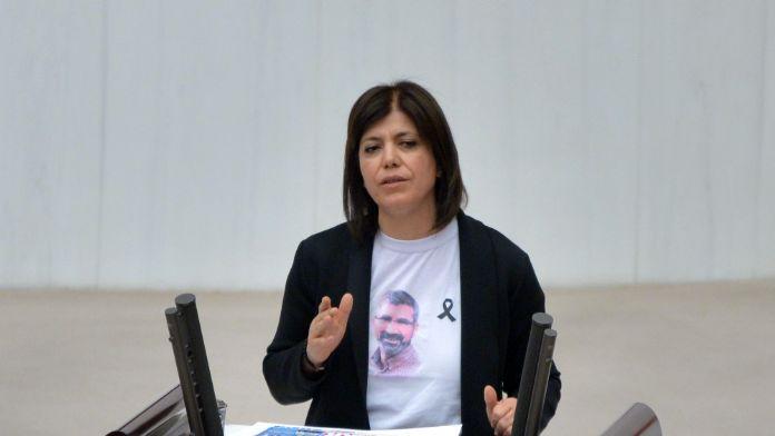 HDP'li vekilden tişörtlü şov