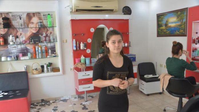 Saç boyasını beğenmeyen kadın, kuaförün camını kırdı
