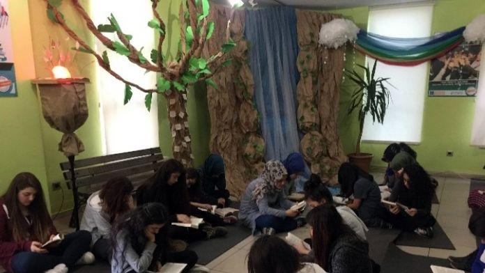 Üsküdarlı Öğrenciler Kütüphane Haftası'nı Kitap Okuyarak Geçiriyor