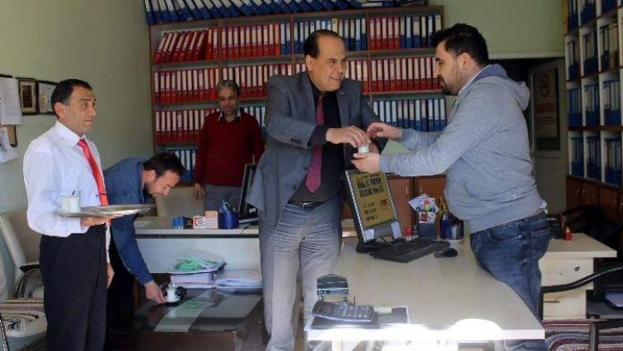 Başkan Ozan, Vatandaş Ve Esnaflara Süt İkram Etti