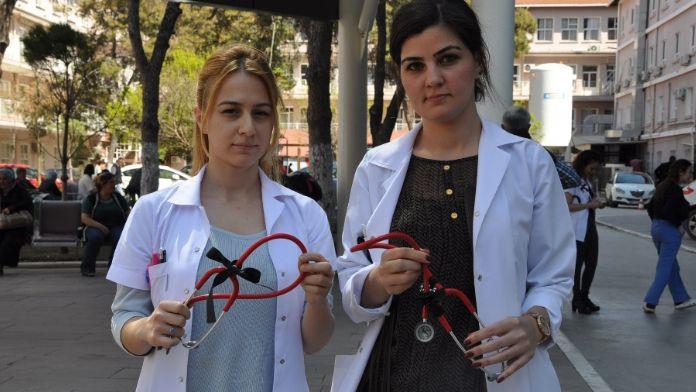 Siyah kurdeleli stetoskop ile dikkat çekecekler