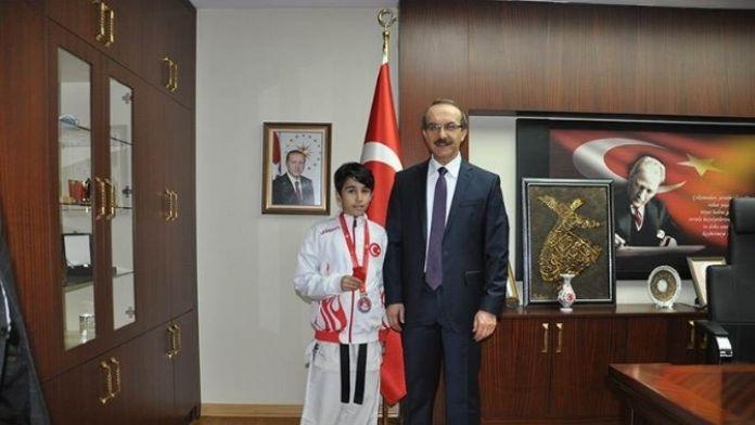 Vali Yavuz Şampiyon Karateciyi Ödüllendirdi