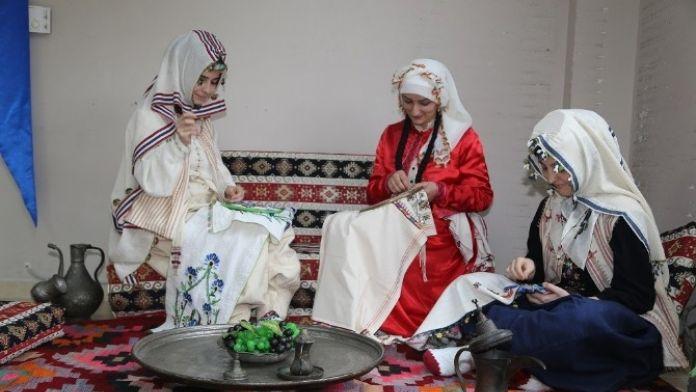 Ko-mek'te Yılsonu Sergileri İçin Hazırlıklar Başladı