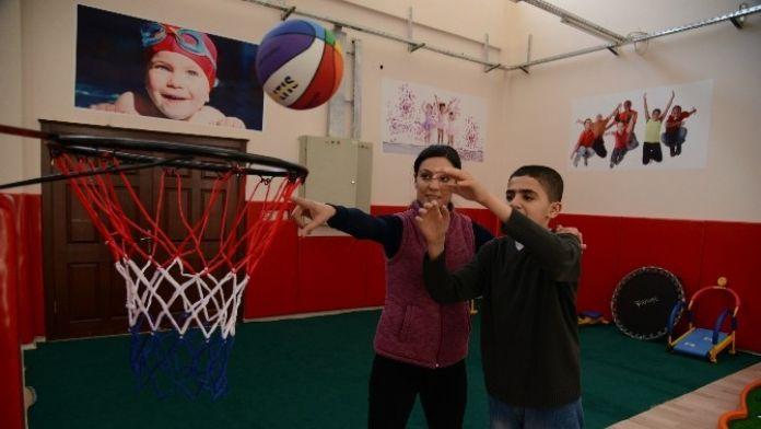 Otizmli Çocuklara Birebir Spor Eğitimi Veriliyor