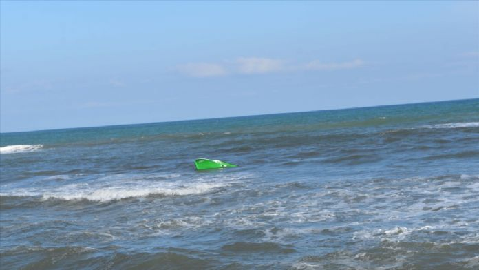 Dalgalara kapılan balıkçı çiftin teknesi alabora oldu