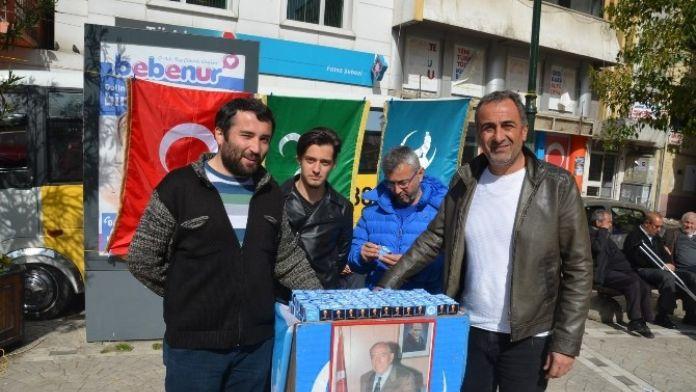 Alparslan Türkeş'in Ölümünün 19. Yıl Dönümünde Lokum Dağıttılar