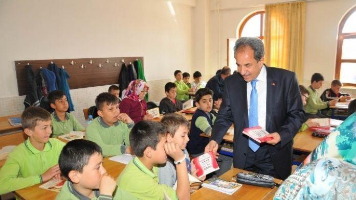 Akşehir Belediyesi'nden Öğrencilere Hadis Kitabı