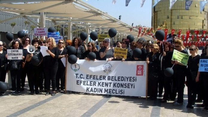 Aydınlılar Çocuk İstismarını Siyah Balonla Protesto Etti