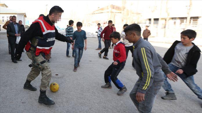 Çocuklarla futbol oynayıp ailelere yardım dağıttılar