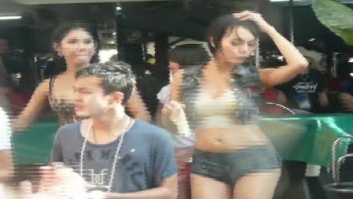 Tayland başbakanı Su bayramında seksi kıyafet giyen kadınlar tutuklanacak