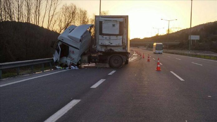 TEM Otoyolu'nda tırla kamyon çarpıştı: 1 ölü