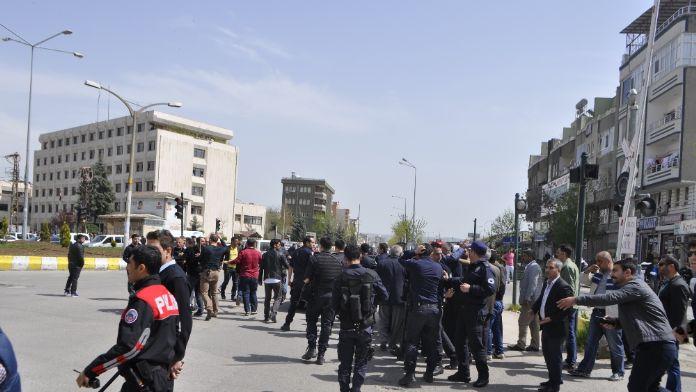 İki aile birbirine girdi: 1'i polis 11 yaralı