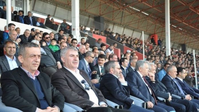 Vali Kahraman 24 Erzincanspor İle Bayburt Grup Özel İdare Gençlik Ve Spor Karşılaşmasını İzledi