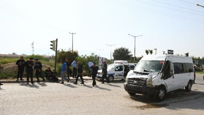 Çevik Kuvvet Minibüsüne Kamyon Çarptı: 7 Yaralı