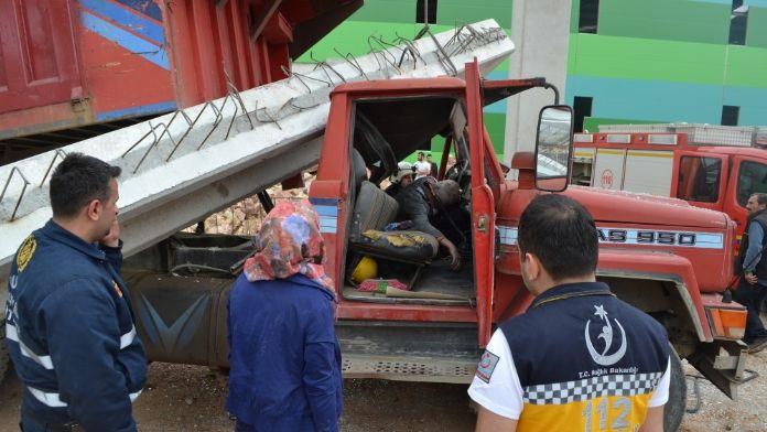 Kamyon şoförü beton blokun altında can verdi