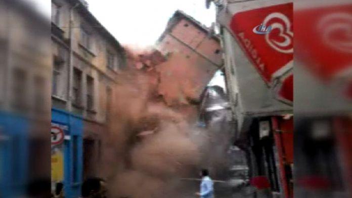 Beyoğlu'ndaki 5 katlı binanın çökme anı kamerada