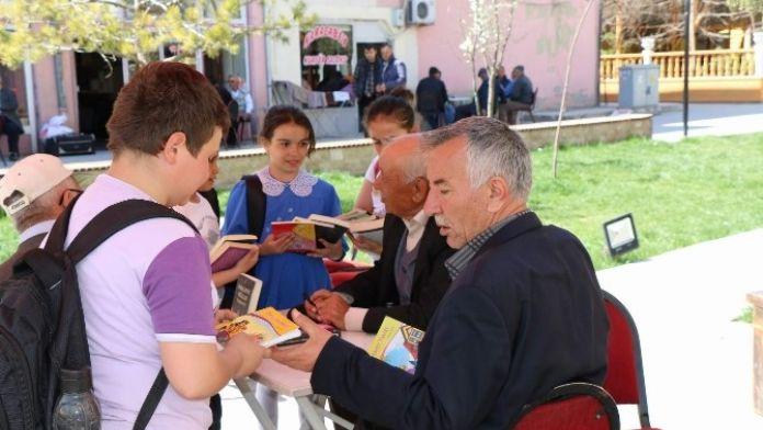 Boğazlıyan'da Minikler Büyüklere Kitap Hediye Etti