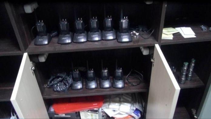 Fetö/ Pdy Operasyonunda Dolaba Gizlenmiş 10 Adet Telsiz Ele Geçirildi