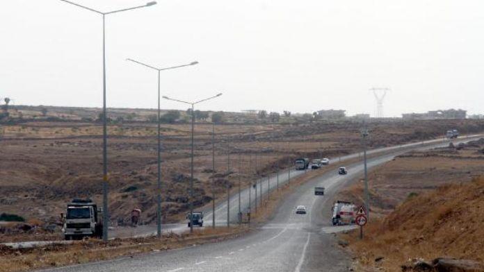 PKK'lılar karayolunda 3 TIR'ı yaktı