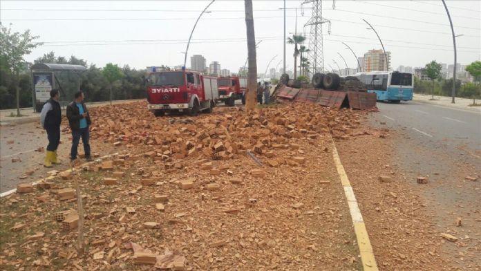 Mersin'de tuğla yüklü kamyon devrildi: 1 ölü, 2 yaralı
