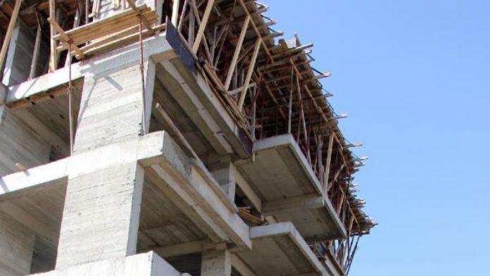 4'üncü kattan düşen inşaat işçisi yaralandı