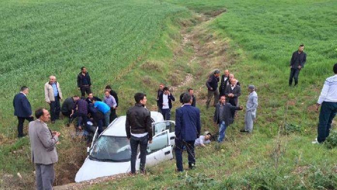 Kahta'da otomobil şarampole devrildi: 4 yaralı
