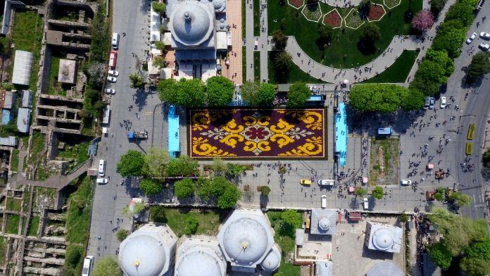 Dünyanın en büyük lale halı motifi havadan görüntülendi