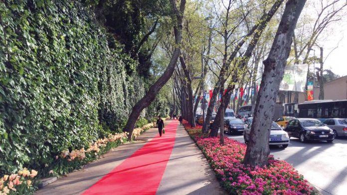 Vodafone Arena'ya giden yola kırmızı halı döşendi