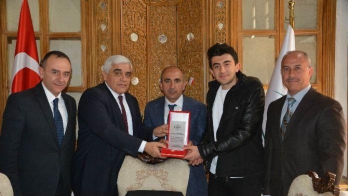 Başkan Kara, YGS'de Türkiye 90' Ncısı Olan Dokuzluoğlu'nu Ödüllendirdi