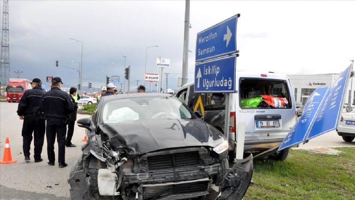 Otomobil hafif ticari araçla çarpıştı: 7 yaralı