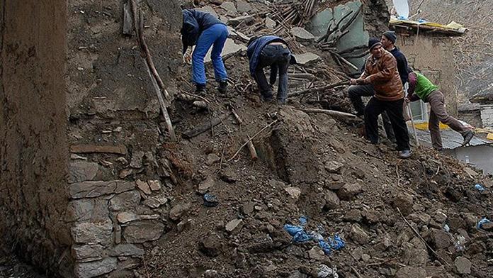 Toprak damlı ev çöktü; 3 çocuk öldü