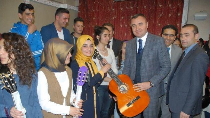 Öğrencilere Bağlama Ve Gitar Hediye Edildi
