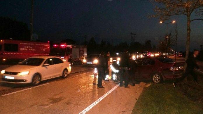 Emniyet Şeridindeki Araca Otomobil Çarptı: 5 Yaralı