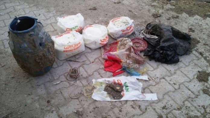 Parke taşları altında bomba malzemeleri bulundu