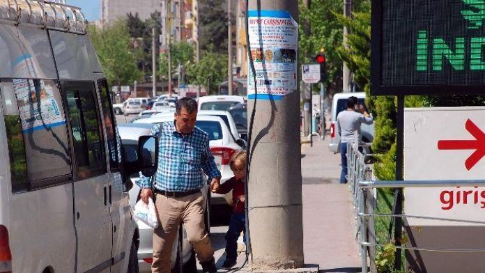 Elektrik Direği Kaldırımda Vatandaşlar Zor Anlar Yaşatıyor