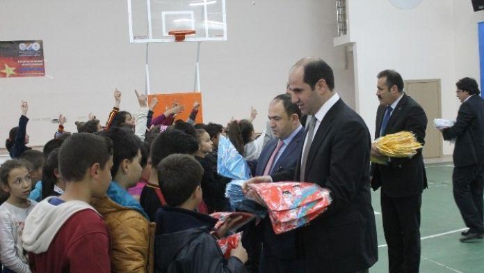 Karaman'da Öğrencilere Spor Malzemesi Dağıtıldı