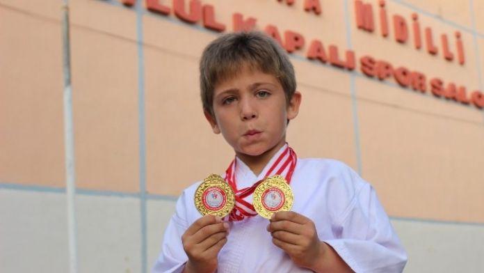 7 Yaşında İki Altın Madalya Sahibi Oldu