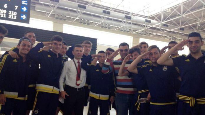 Fenerbahçe U17 futbolcularından askere büyük jest