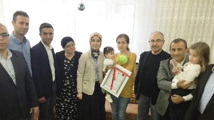 Şehit ailesine alınan evin tapusu teslim edildi