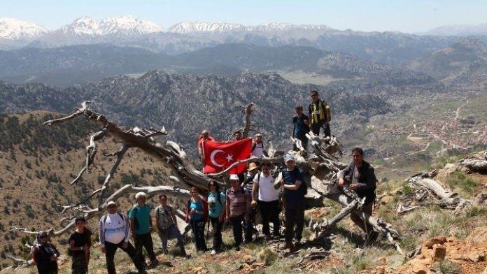 Beyşehir'de Doğaseverler Farkındalık İçin Tırmandı