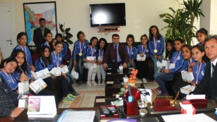 Kırekin'den Halkoyunları Şampiyonlarına Ödül