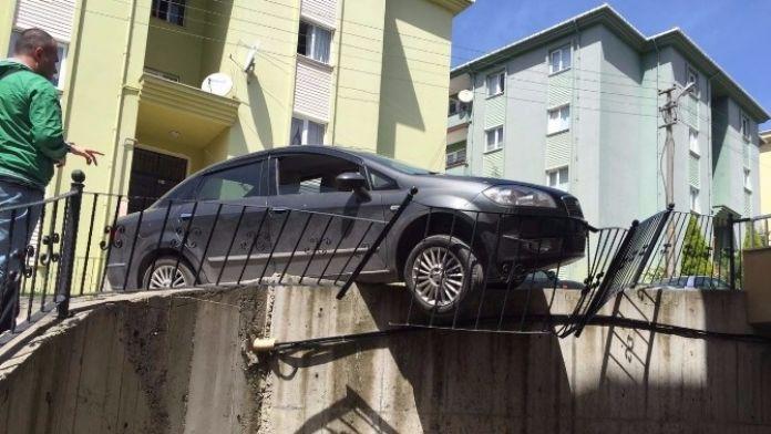 Otomobil Korkuluklarda Asılı Kaldı