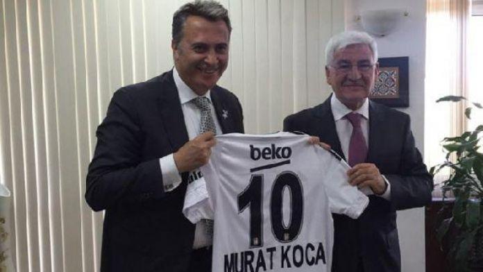 Beşiktaş Başkanı Fikret Orman, Karaman Valisi'ne forma hediye etti