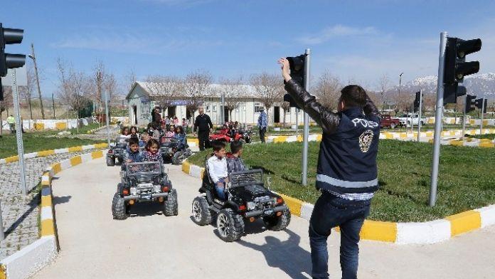 Van Büyükşehir Belediyesi Çocukların Üzerine Titriyor