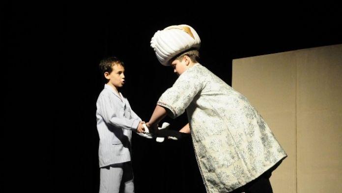 'Evvel Zaman Dışında' Adlı Tiyatro Oyunu