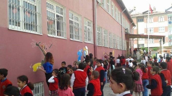 Okul Duvarına Çizgi Film Karakterleri Çizildi