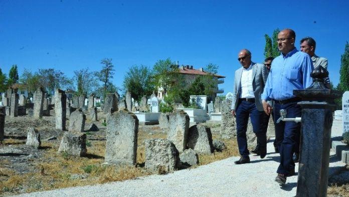 Çalışkan, Kazalpa Mezarlığındaki Çalışmaları Yerinde İnceledi