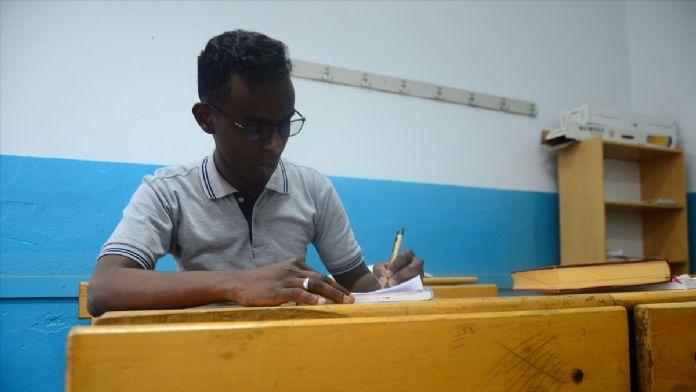 Somalili öğrenciden 'Somalice-Türkçe' sözlük